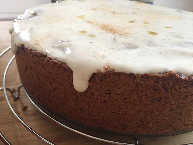 Gedeckter Mandel-Apfelkuchen mit Ahornsirup-Frosting